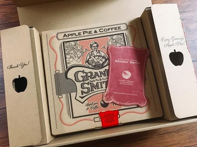 段ボールの左右のりんごの穴デザインが素敵